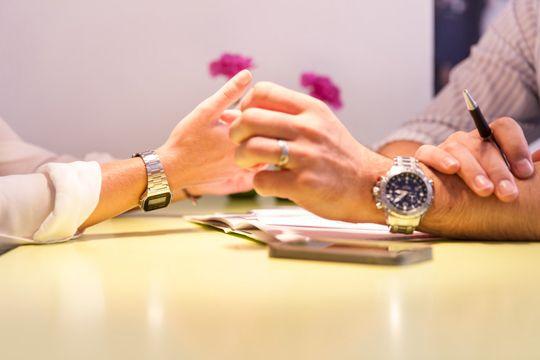 Flutlicht Agentursuche Briefig Checkliste Augenhöhe Hände Meeting Partnerschaft
