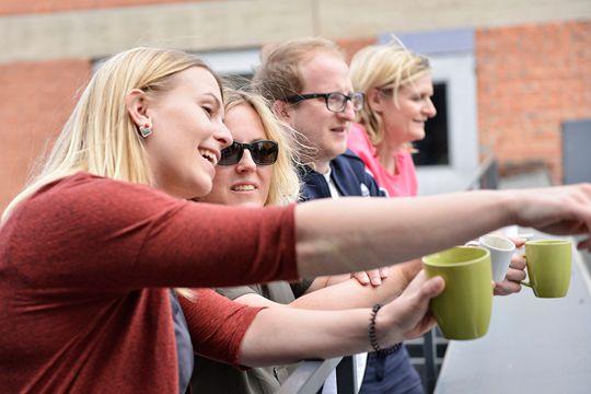 Zusammenarbeit PR-Agentur Beziehungen Agenturleben Kollegen Kaffeepause Flutlicht