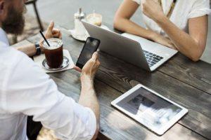 Blogger Marketing Influencer Relations in der PR Blogger Marketing Gespräch Hipster Notebook Smartphone Kaffee Tablet