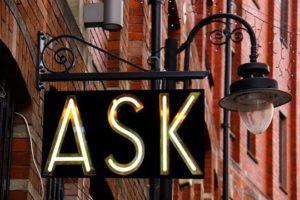 Buyer Personas Fragen Ask Schild Lampe