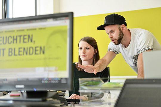 Content Marketing Agentur Bildschirm Aufzeigen Erklären Schreibtisch Büro Flutlicht