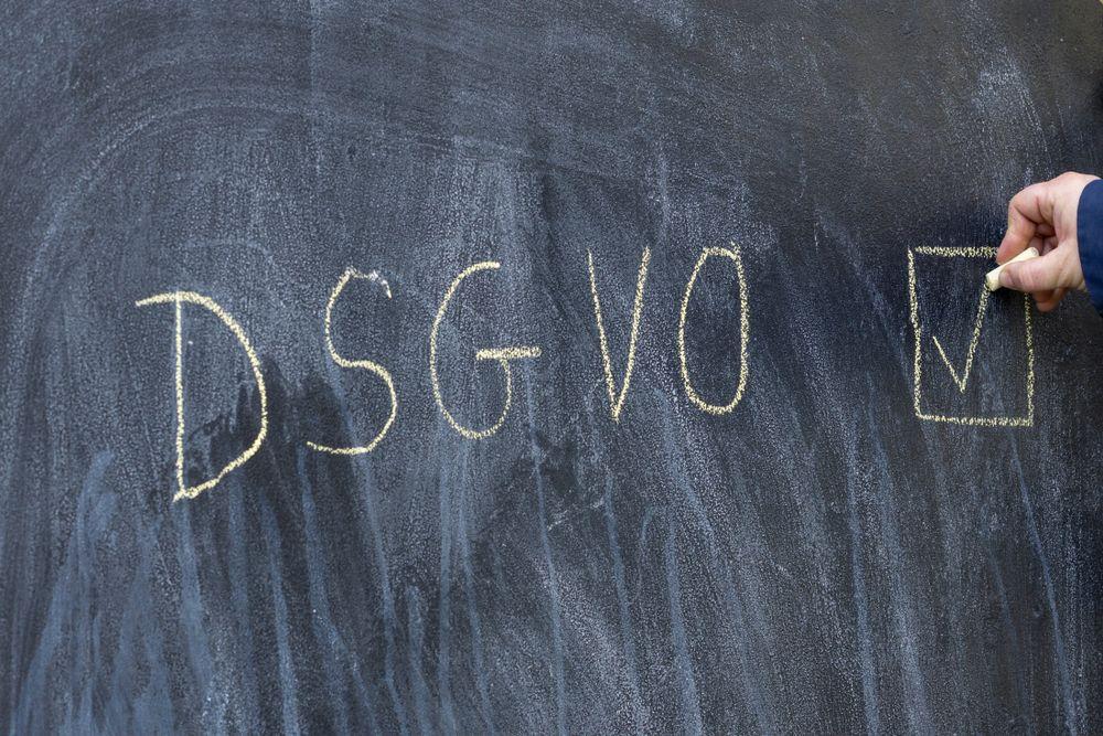 DSGVO Hand Tafel Kreide