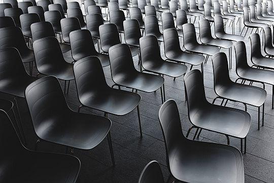 Flutlicht Digital Praxistipps Virtuelle Events Leere Stühle