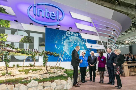 Interviews Auf Messen Intel Merkel Messestand CeBIT