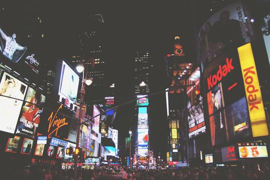 Markenwahrnehmung online City Nacht Lichter Neonlichter