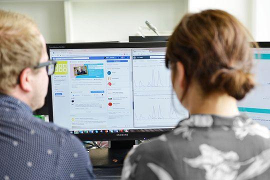 PR Monitoring Bildschirme Kollegen Flutlicht