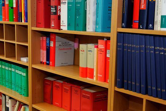 PR Recht Gesetzbücher Bibliothek Bücherregal