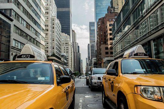 Redaktionstour Taxi Tabs New York Häuserschlucht Straße Verkehr