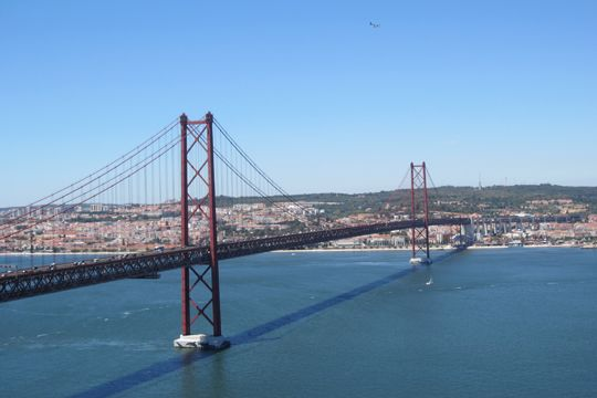 Urlaubslektüre Portugal Lissabon Brücke