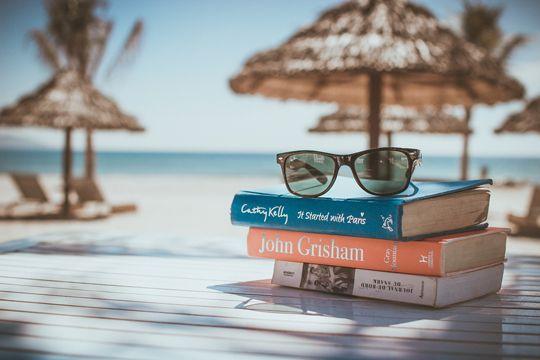 Urlaubslektüre Bücher Strand Sonnenschirme