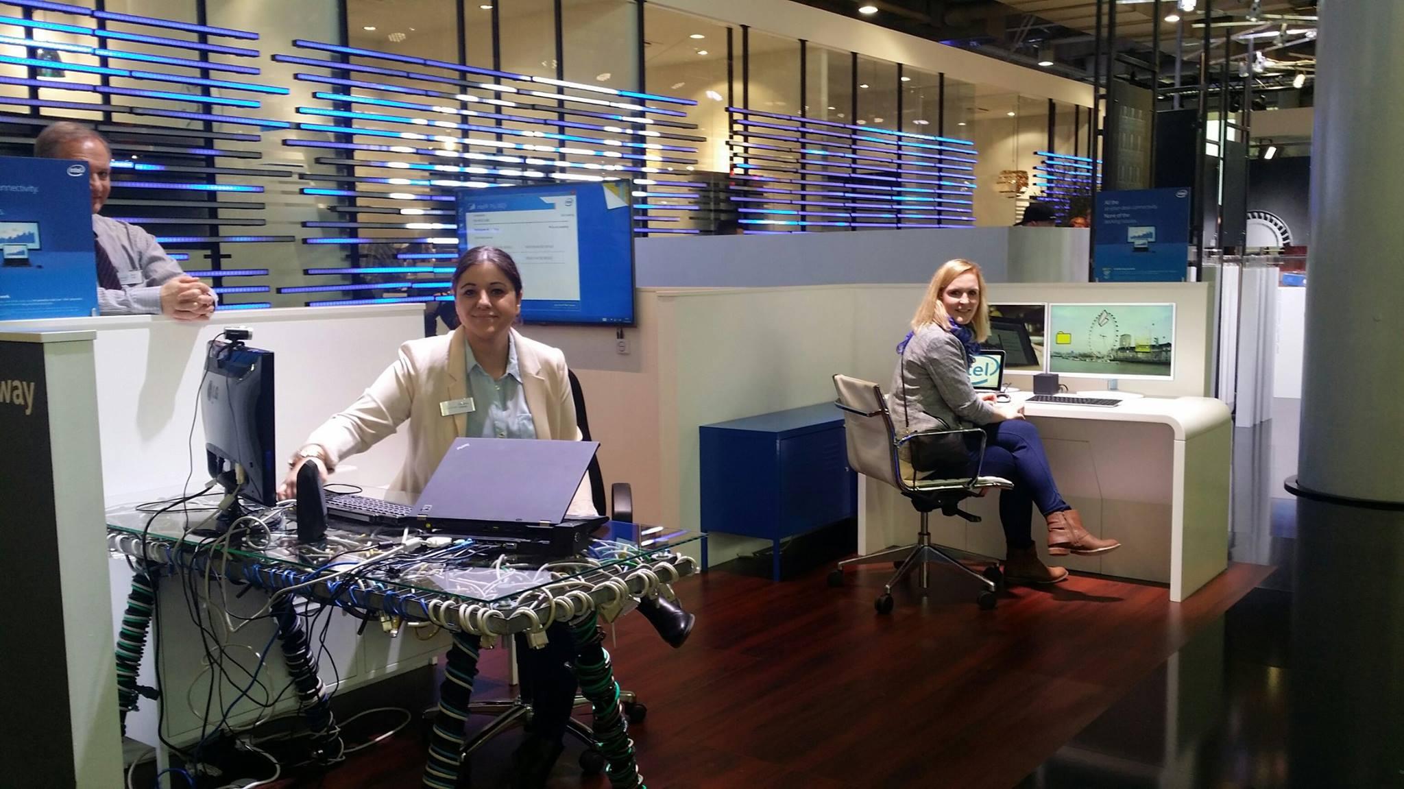 Während Chrissy (links) mit dem Kabelsalat kämpft, macht sich Kristina (rechts) ein Bild vom Arbeitsplatz der Zukunft.