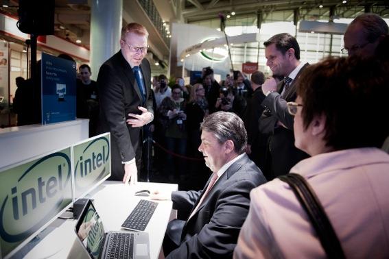 Sigmar Gabriel am Intel Stand (Quelle: Intel)