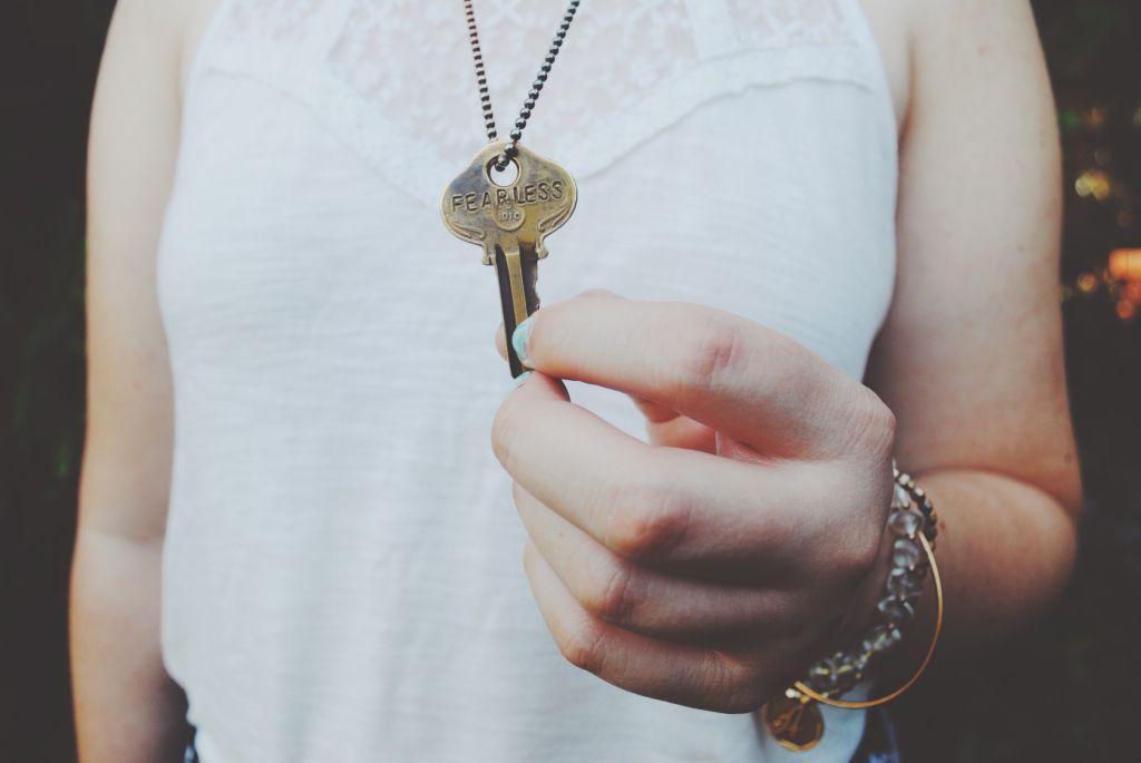 Unsere Top 6 SEO-Tipps, Frau mit Schlüsselanhänger