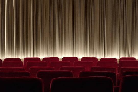 Faulpelztag Kino Kinostühle Kinosaal Leinwand Vorhang