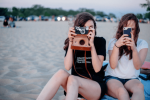 Influencer Netzwerke Titel Fotografieren Mädchen Fotoapparat Smartphone