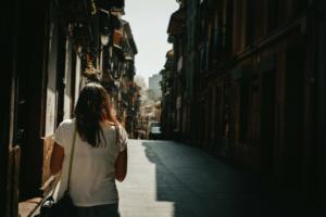 Personal Branding Blogging Spaziergängerin Gasse Sommer Häuserzeile