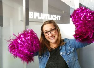 Ramona Flutlicht PR Trainee Cheerleader PomPoms
