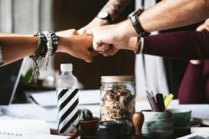 Arbeitgebermarke Team Schreibtisch Zusammenhalt Teamspirit