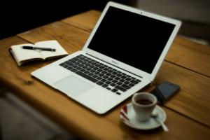 Pressemitteilung Schreiben Notebook Tastatur Schreibtisch Büroarbeit
