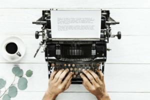Pressetext Schreibmaschine Hände Tippen Schreibtisch