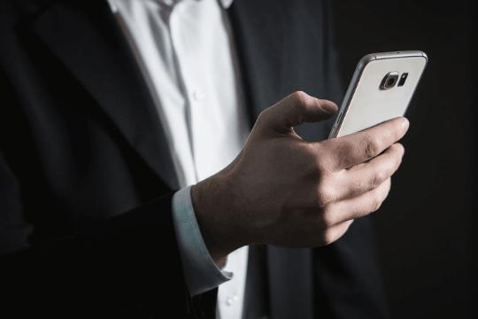 B2B PR auf Messen, Smartphone, Uhrzeit