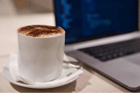 PR Agentur im Homeoffice, Cappuccino, Notebook