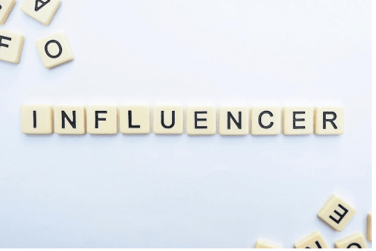 Erfolgreiche YouTube Influencer Relations, Buchstaben, Scrabble